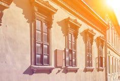 La maison très vieille a décoré des fenêtres images libres de droits