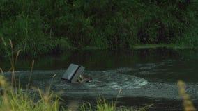 La maleta cae en el agua almacen de metraje de vídeo