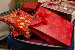 La maleta de las vacaciones de la Navidad, llena de regalos imágenes de archivo libres de regalías