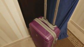 La maleta roja sale del cuarto, el concepto de turismo, salida, tarifas para el viaje almacen de video