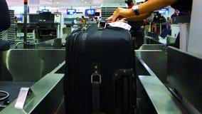 La maleta se registra en un aeropuerto metrajes
