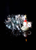 La malla y la vela del Año Nuevo que oscila se reflejan en g negro Foto de archivo