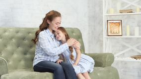 La mamá abraza y besa a su hija metrajes