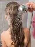 La mamá baña al niño, apagado lavada espuma con el pelo largo Foto de archivo