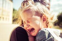 La mamá calma al bebé el bebé está llorando fotos de archivo libres de regalías