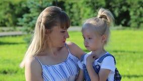 La mamá calma a la pequeña hija trastornada metrajes