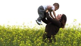 La mamá camina con su pequeño hijo metrajes