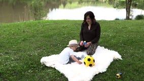 La mamá camina con su pequeño hijo almacen de video