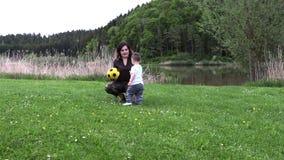 La mamá camina con su pequeño hijo almacen de metraje de vídeo