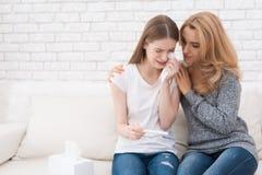 La mamá conforta a su hija, que aprendió que ella estaba embarazada Imágenes de archivo libres de regalías
