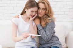 La mamá conforta a su hija, que aprendió que ella estaba embarazada Fotos de archivo libres de regalías