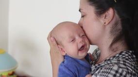 La mamá conforta a un bebé gritador almacen de video