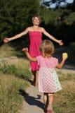 La mamá corre hacia fuera para encontrar a su pequeña hija Imagenes de archivo
