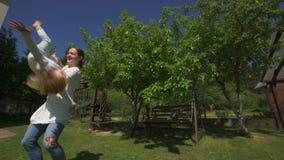 La mamá detiene al hijo en manos y da vuelta alrededor Tiro del PDA metrajes