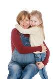 La mamá embarazada abraza a la pequeña hija querida, cierre Fotografía de archivo libre de regalías