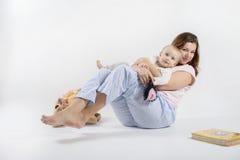 La mamá está guardando su hijo y balanceo Fotos de archivo libres de regalías