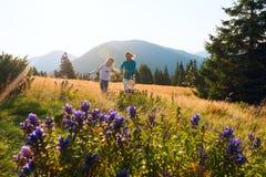 La mamá feliz y su hija adolescente están corriendo imagenes de archivo