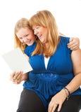La mamá goza de la tarjeta de felicitación de la hija Foto de archivo