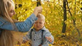 La mamá hace el pelo del bebé metrajes