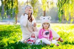 La mamá hermosa de la mujer con un niño camina en el parque en verano Imágenes de archivo libres de regalías