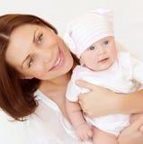 La mamá hermosa lleva al bebé Fotografía de archivo