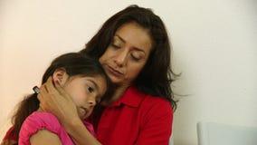 La mamá hispánica espera en la sala de espera de la clínica doctor de ver al enfermo almacen de metraje de vídeo