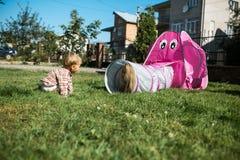 La mamá juega con su hijo en el patio trasero Imagenes de archivo