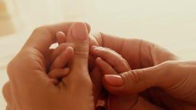 La mamá lleva a cabo sus pequeñas manos del bebé metrajes