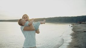 La mamá ríe y lanza a su hija en sus brazos almacen de video