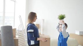 La mamá y el hijo jovenes se están trasladando a un nuevo apartamento almacen de metraje de vídeo