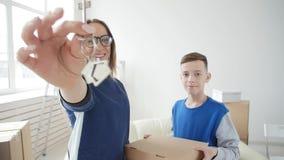 La mamá y el hijo jovenes se están trasladando a un nuevo apartamento almacen de video