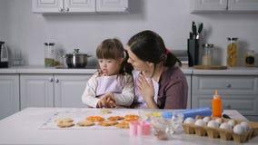 La mamá y el niño con necesidades especiales aprenden lenguaje corporal almacen de metraje de vídeo