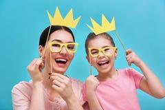 La mamá y el niño están sosteniendo las coronas imágenes de archivo libres de regalías