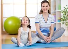 La mamá y el niño felices pasa tiempo en el gimnasio fotos de archivo