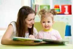 La mamá y el niño leyeron un libro Imagen de archivo libre de regalías