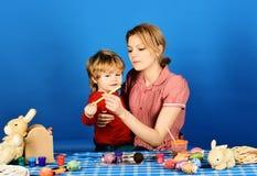 La mamá y el niño pasan el tiempo junto Concepto de la felicidad de la familia foto de archivo