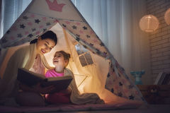 La mamá y el niño son libro de lectura fotografía de archivo