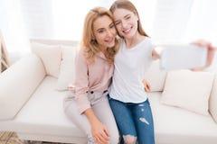 La mamá y la hija adolescente hacen el selfie Imágenes de archivo libres de regalías