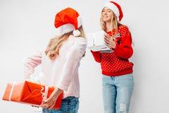 La mamá y la hija celebran el Año Nuevo, en los sombreros de Papá Noel y Chris imágenes de archivo libres de regalías