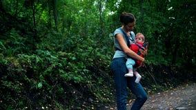 La mamá y la hija están caminando en el bosque metrajes