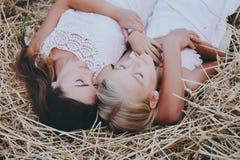 La mamá y la hija están en el heno Fotos de archivo