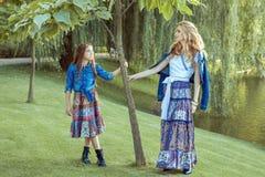 La mamá y la hija están haciendo una pausa el lago Fotografía de archivo libre de regalías