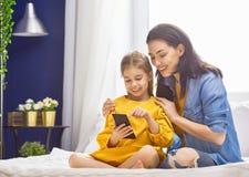 La mamá y la hija están jugando fotografía de archivo libre de regalías