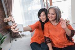 La mamá y la hija maduras hacen el selfie fotografía de archivo