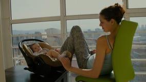 La mamá y la hija se están sentando en el balcón metrajes