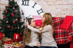 La mamá y la hija son felices juntas en la Navidad Fotografía de archivo libre de regalías
