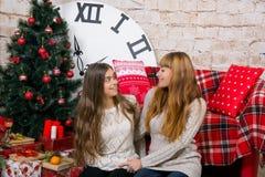 La mamá y la hija son felices juntas en la Navidad Imagenes de archivo