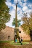 La mamá y la hija están en el parque de Dino, Belgrado, Serbiark Fotografía de archivo libre de regalías