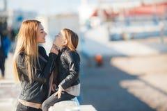 La mamá y la hija pasan tiempo que caminan cerca del mar Imagenes de archivo