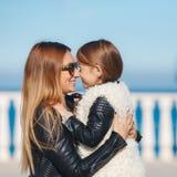 La mamá y la hija pasan tiempo que caminan cerca del mar Fotos de archivo